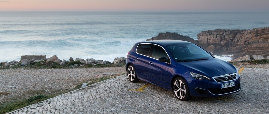 Photo officielle de 3/4 avant (berline Bleu Magnetic)
