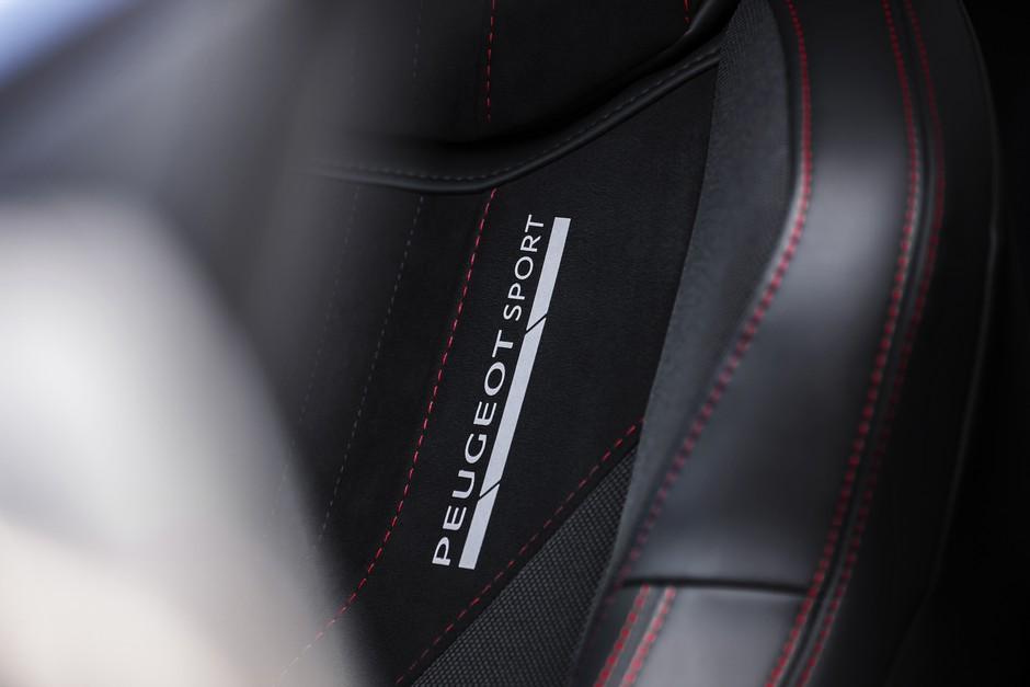 Les sièges sont signés Peugeot Sport