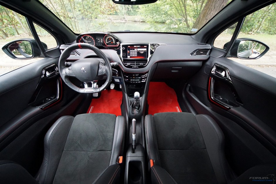 essai de la peugeot 208 gti by peugeot sport 4 6 la vie bord forum. Black Bedroom Furniture Sets. Home Design Ideas